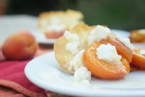 Abricots rôtis au brocciu et tuiles aux amandes