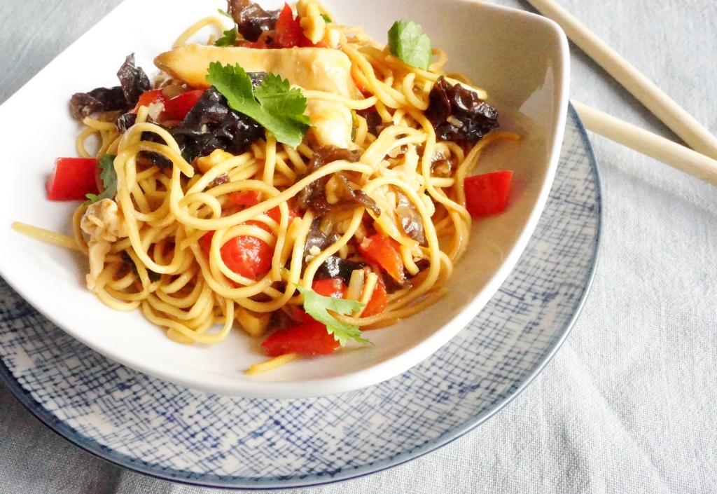 wok-de-nouilles-sautees-au-poulet-toque-et-tablier
