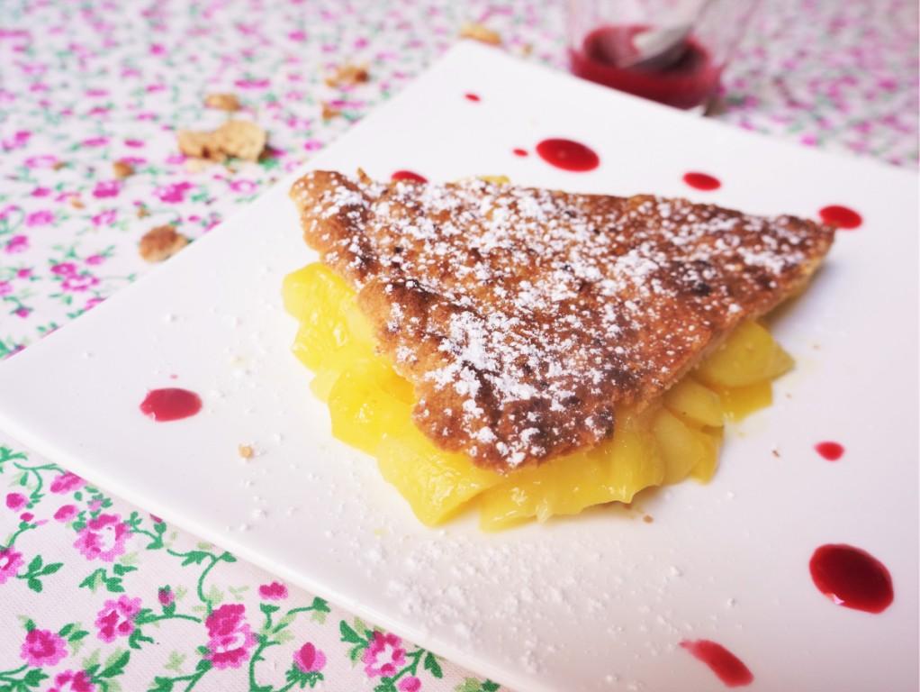 mangue rôtie, shortbread au pralin et coulis de framboise toque et tablier