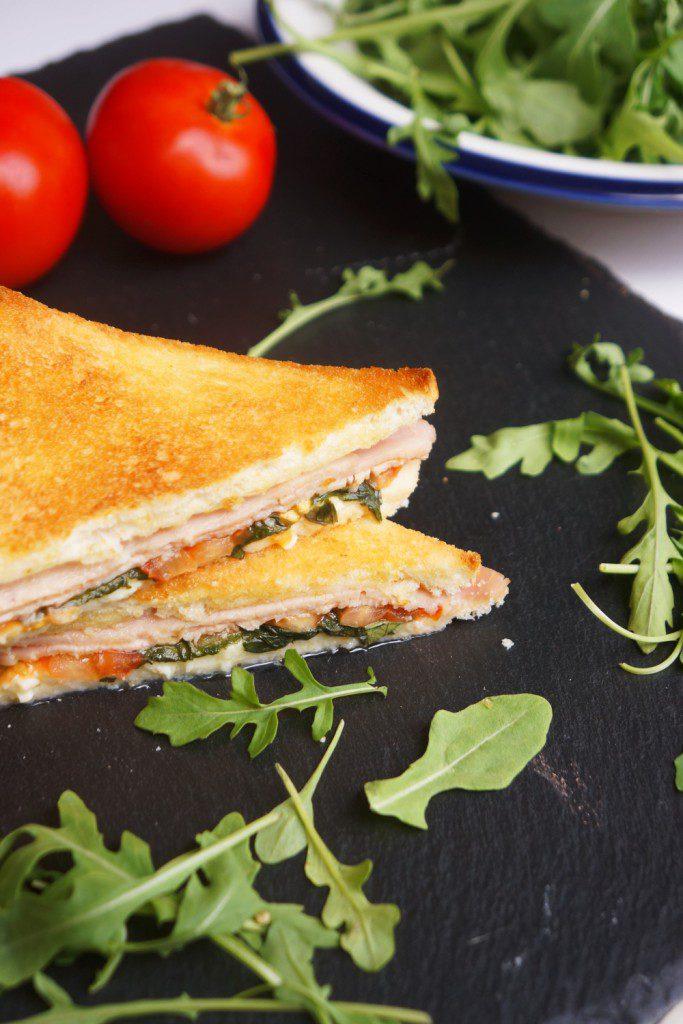 croque-monsieur-mozzarella-basilic-toque-et-tablier