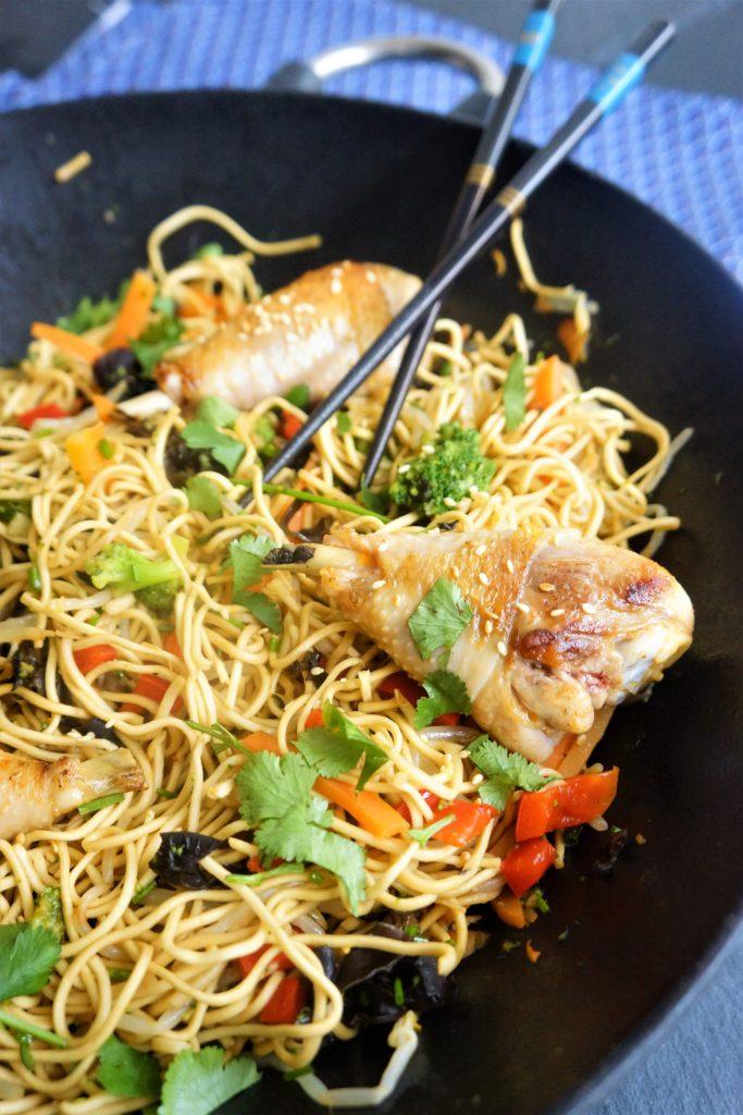wok nouilles legumes toque et tablier